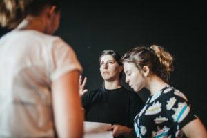 Grupa kobiet rozmawia