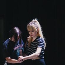 Dwie uczestniczki warsztatów podczas tańca w parze