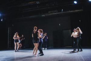 Uczestniczki warsztatów tańczą w parach