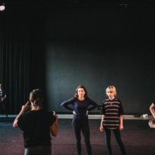 Grupa kobiet rozmawia w sali teatralnej