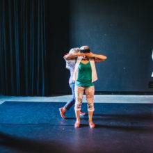 Uczestniczki podczas ćwiczeń tanecznych na scenie Cricoteki