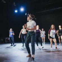 Grupa uczestniczek podczas wspólnego tańca