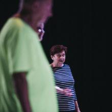 Kobieta w koszulce w paski patrzy na inną osobę