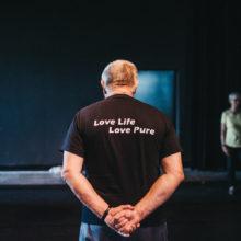 Uczestnik warsztatów w koszulce z napisem Love Life Love Pure