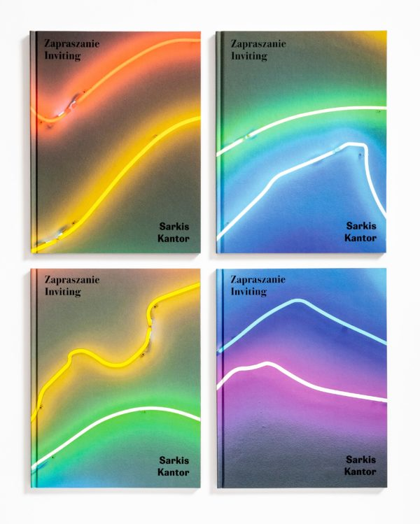 """[Zdjęcie kolorowych okładek książki """"Zapraszanie. Sarkis-Kantor""""]"""