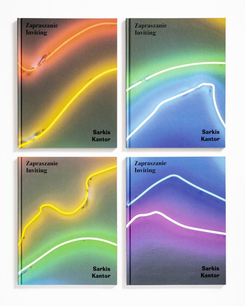 """[Zdjęcie czterech kolorowych okładek książki """"Zapraszanie. Sarkis-Kantor"""".]"""