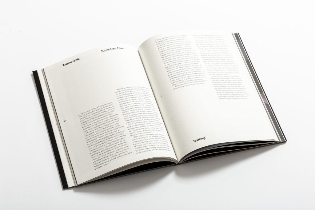 """[Zdjęcie przedstawia środek książki """"Zapraszanie. Sarkis-Kantor"""". Widać na nim białe strony oraz fragment tekstu.]"""