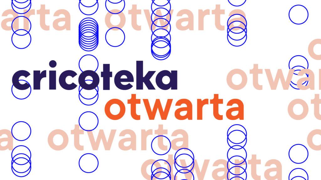 Grafika projektu Cricoteka Otwarta: na białym tle niebiesko-pomarańczowy napis cricoteka otwarta, wokół niego jaśniejszymi odcieniami powtórzone słowo otwarta i litery o