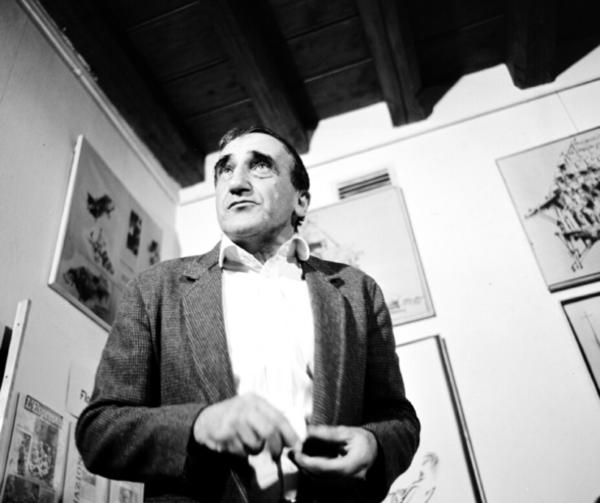 [AD: Czarno-białe zdjęcie Tadeusza Kantora w dniu otwarcia Cricoteki w 1980 roku.]