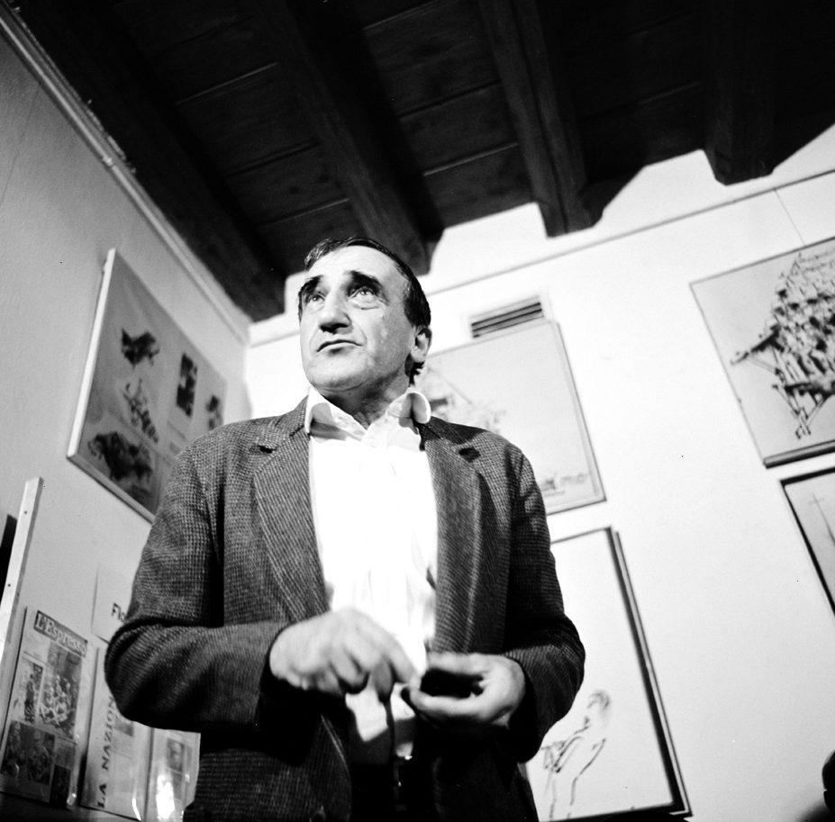[Czarno-białe zdjęcie, które przedstawia postać Tadeusza Kantora podczas otwarcia Ośrodka Teatru Cricot 2 w 1980 roku.]