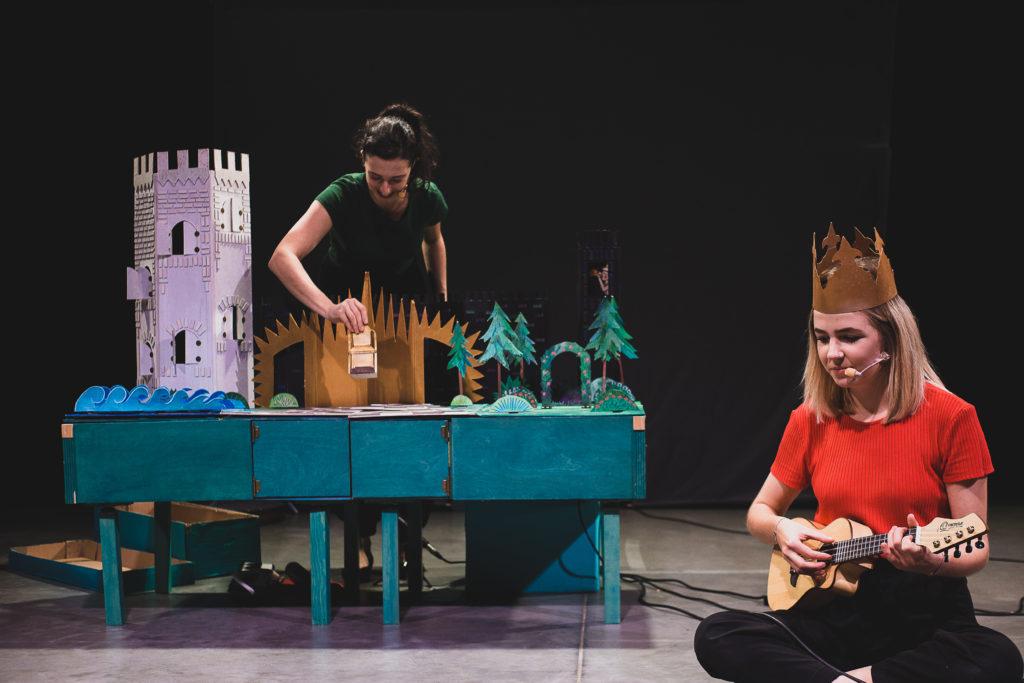 """[Na zdjęciu widać aktorki spektaklu """"Maleńkie królestwo królewny Aurelki"""".]"""