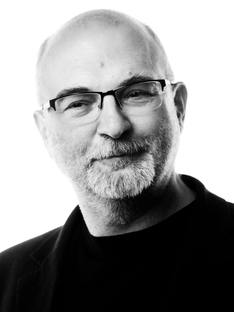 [Fotografia portretowa przedstawia Dariusza Kosińskiego.]