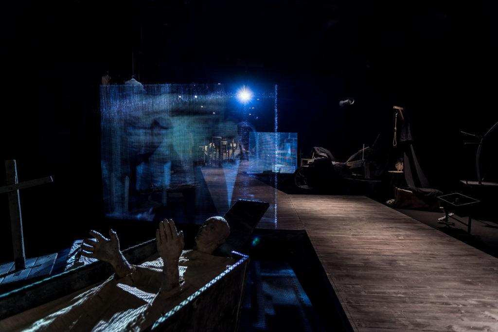 [AD: Na zdjęciu fragment rampy dla zwiedzających oraz cześć ekspozycji stałej: niebieski ekran z wyświetlaną projekcją oraz obiekty teatralne.]