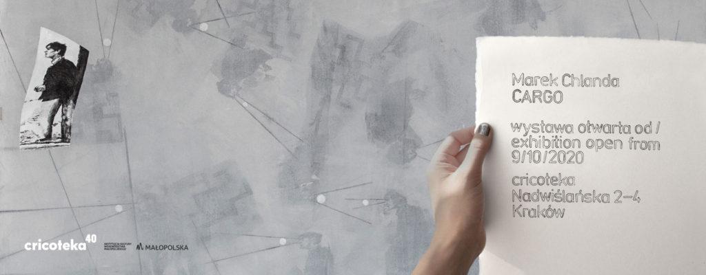 [AD: Grafika. Na szarym tle dłoń trzymająca kartkę z zaproszeniem na wystawę Cargo Marka Chlandy.]