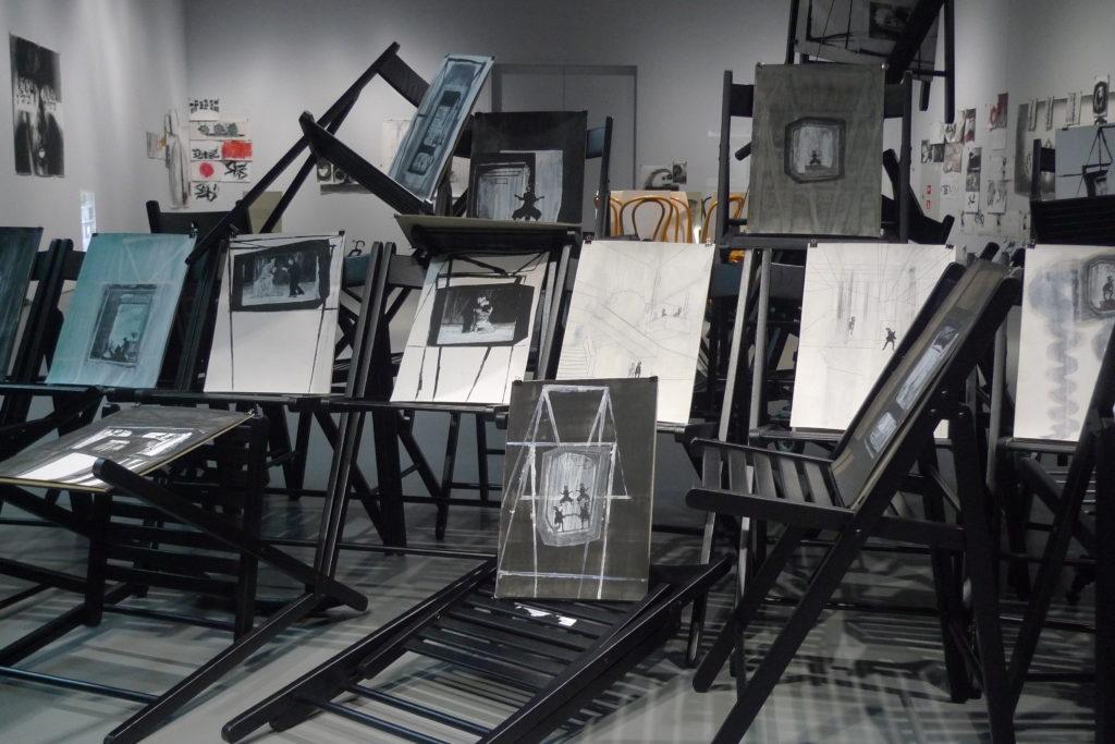 """[Zdjęcie krzeseł i obrazów z """"Cargo"""" Marka Chlandy]"""