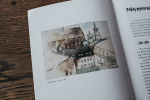"""[Zdjęcie przedstawia ksiązkę z fotograią, na której widnieje obraz t. Kantora pt/ """"widok z okna"""".]"""
