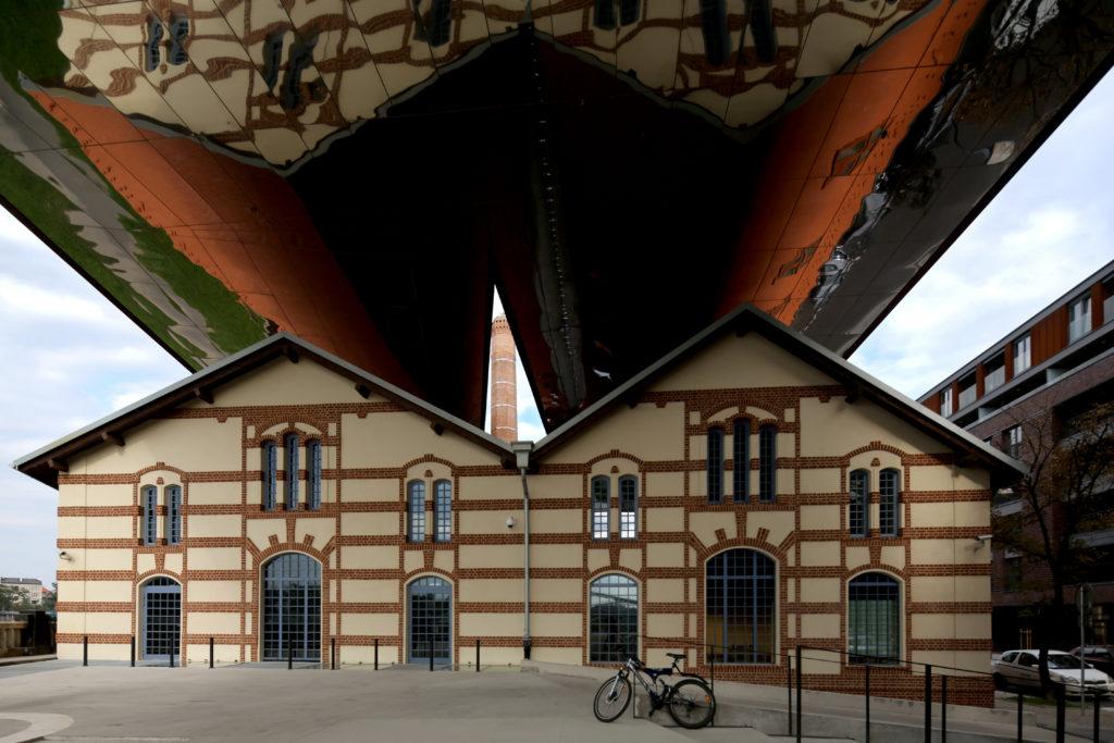 [Kolorowe zdjęcie placu i budynku Cricoteki.]