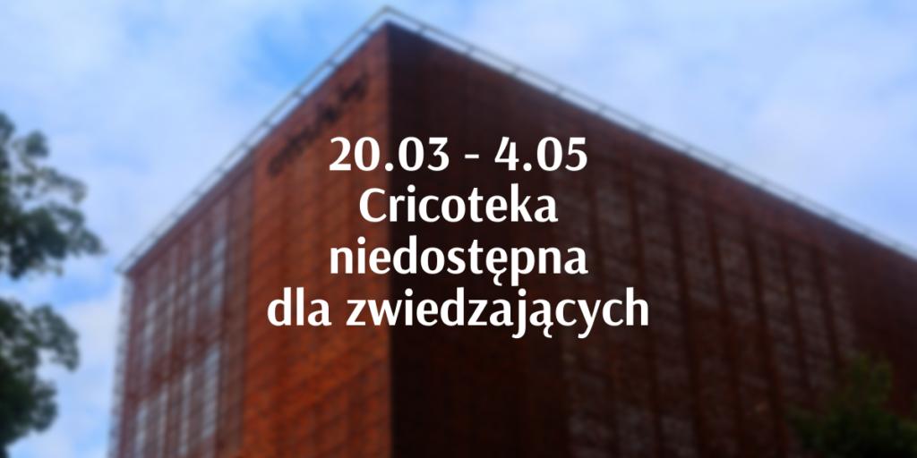 Napis: 20.03 - 4.05 Cricoteka niedostępna dla zwiedzających. W tle budynek Cricoteki.