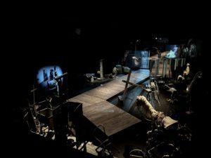 [AD: Na zdjęciu rampa dla zwiedzających, obiekty teatralne na wystawie stałej Tadeusz Kantor Widma]