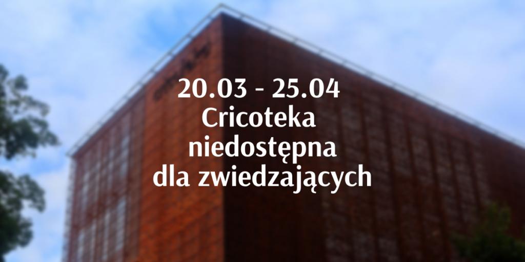Napis: 20.03 - 25.04 Cricoteka niedostępna dla zwiedzających. W tle budynek Cricoteki.