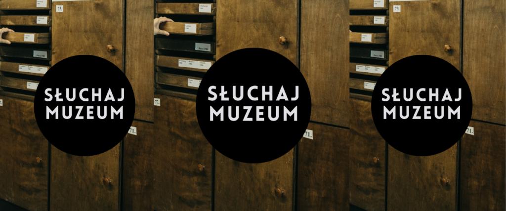3 takie same grafiki w rzędzie. Na środku czarne koło z białym napisem: Słuchaj Muzeum. W tle zdjęcie szafki.
