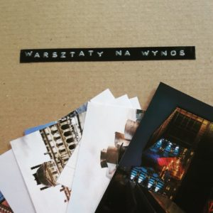 """Na kartonowym pudełku z napisem """"Warsztaty na wynos"""" leży kilka zdjęć różnych budynków, w tym zdjęcie budynku Cricoteki."""