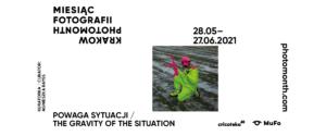 Na białym tle czarny napis: Miesiąc fotografii. 28.05-27.06.2021. Powaga sytuacji. Zdjęcie osoby w neonowo-zielonym kombinezonie. W ręku trzyma różowy karabin i granat.