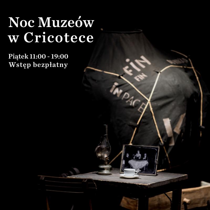 Zdjęcie krzesła i skrzyni na czanym tle. Napis: Noc Muzeów w Cricotece. Piątek 11:00-19:00 Wstęp bezpłatny