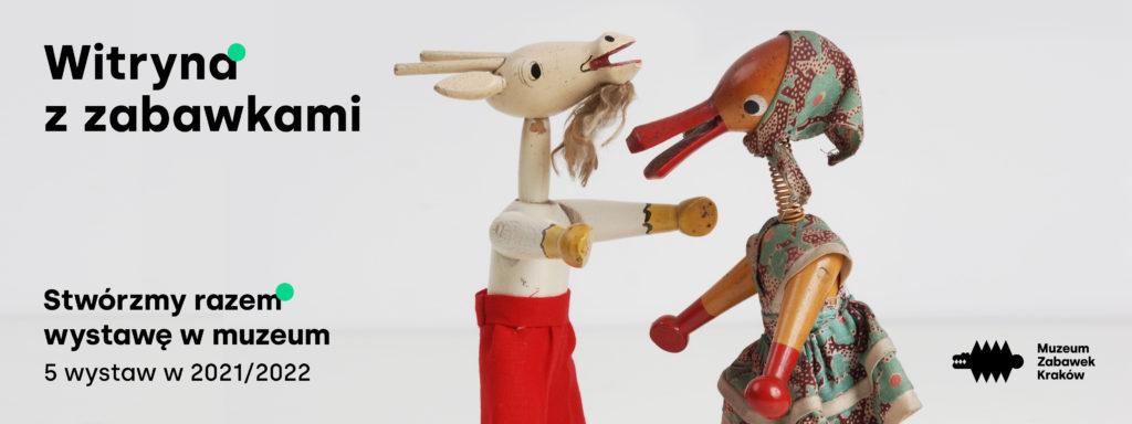 Baner do projektu Witryna z zabawkami. Na jasnym tle dwie kukiełki. W lewym dolnym rogu napis Stwórzmy razem wystawę w muzeum 5 wystaw w 2021/2022
