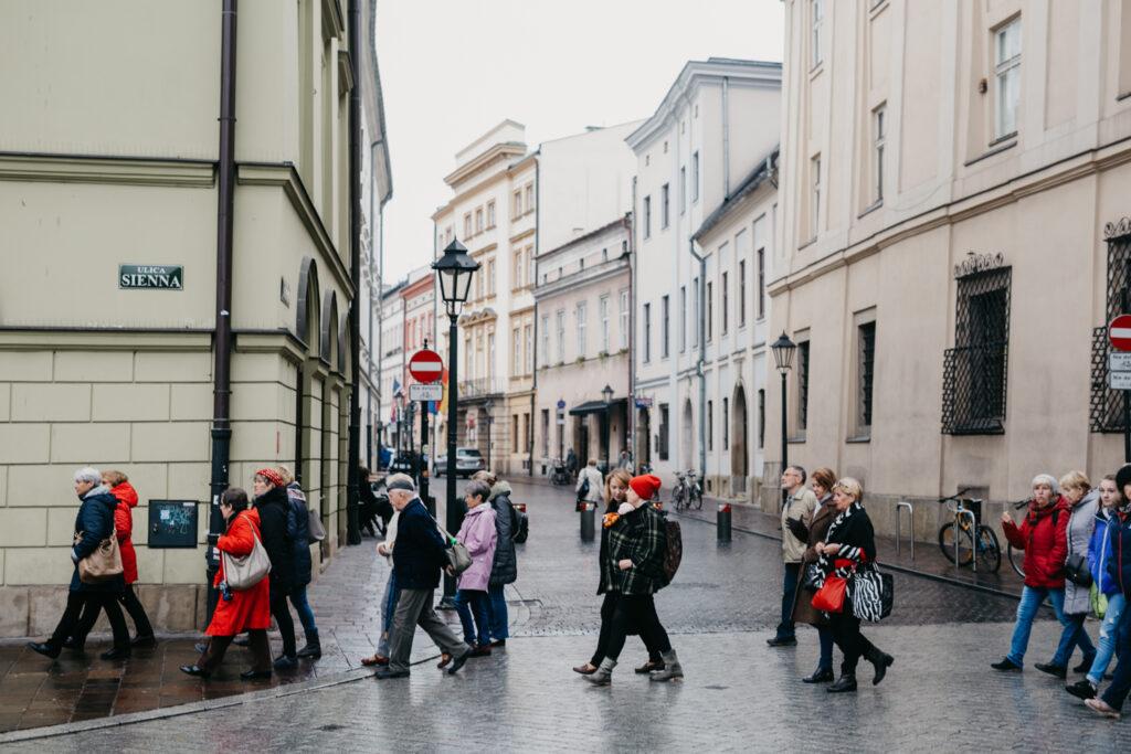 Grupa ludzi idąca na spacer