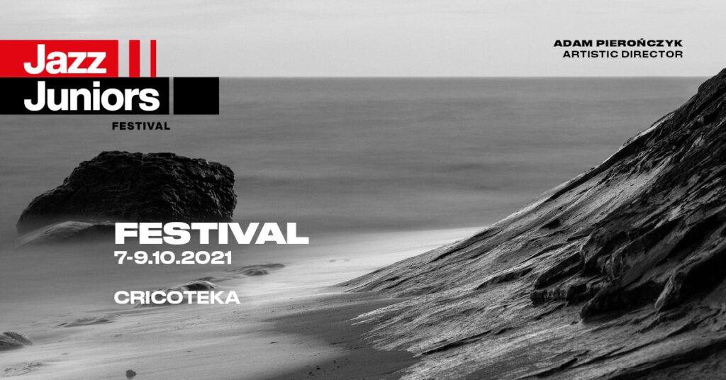 Zdjęcie w odcieniach szarości, przedstawiające morze. Napis: Jazz Juniors Festival. 7-9.10.2021. Adam Pierończyk artistic director